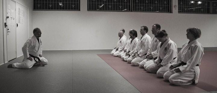 Den avancerade tränings gruppen sitter i seiza efter ett hårt träningspass.